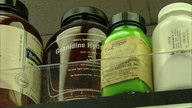 vídeos de stock e filmes b-roll de chemical bottles on shelf, university of washington, seattle, usa - universidade de washington