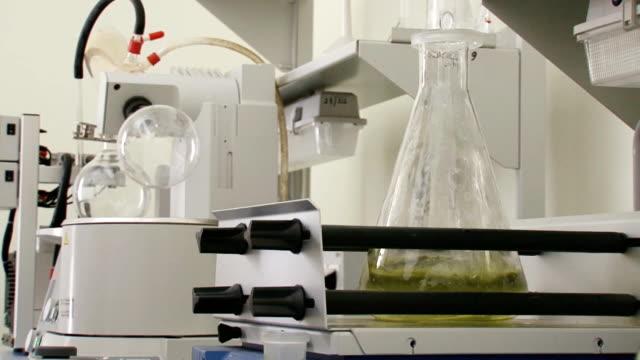 vídeos de stock, filmes e b-roll de químicos trabalho de laboratório - medindo
