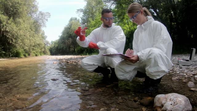 vidéos et rushes de essai chimique de l'eau - analyser