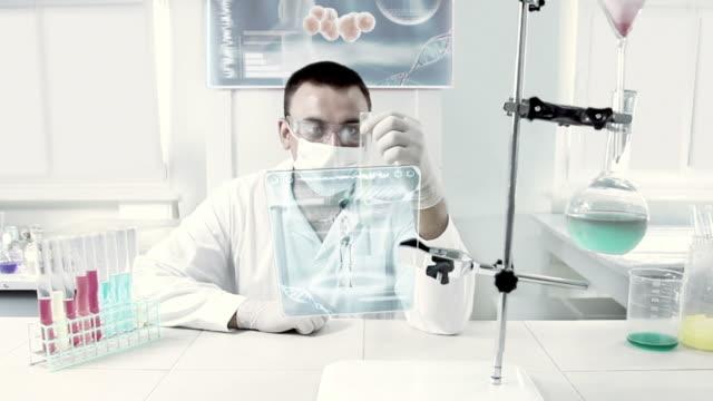 vídeos de stock, filmes e b-roll de chemist at work in a laboratory. - bolha de replicação