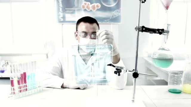 vídeos de stock, filmes e b-roll de químico no trabalho em um laboratório. - bolha de replicação