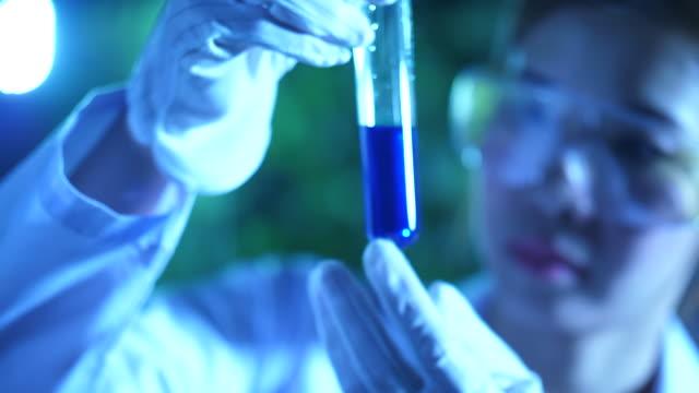 vidéos et rushes de chimiste travaillant dans la recherche et le développement de laboratoire - biotechnologie
