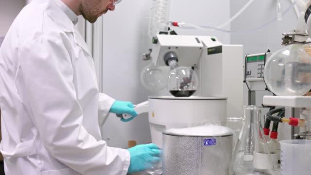 chemist working in laboratory - vetreria da laboratorio video stock e b–roll