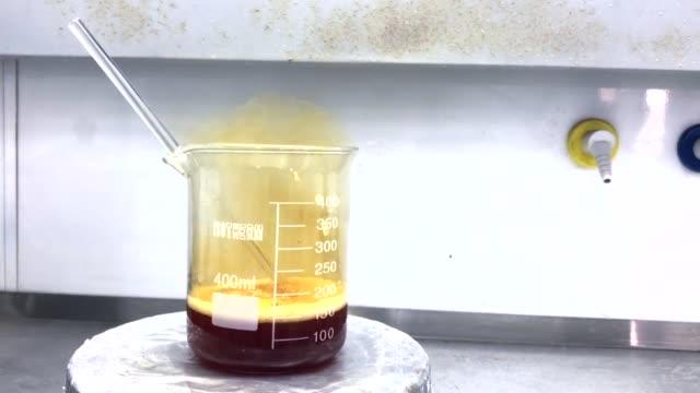 vídeos de stock e filmes b-roll de chemistry experiment - reacção química