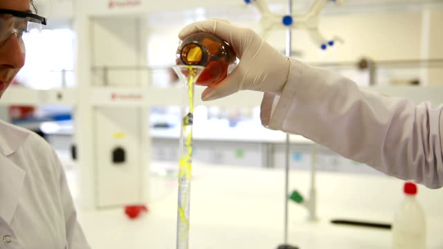 chemistry laboratory - pallone di vetro video stock e b–roll