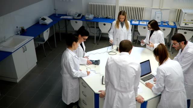 vídeos de stock e filmes b-roll de chemistry seminar - praticar