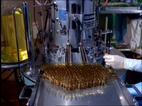 vídeos y material grabado en eventos de stock de chemists in protective gear filling test tubes / pharmaceutical industry / brazil - paleta herramientas industriales