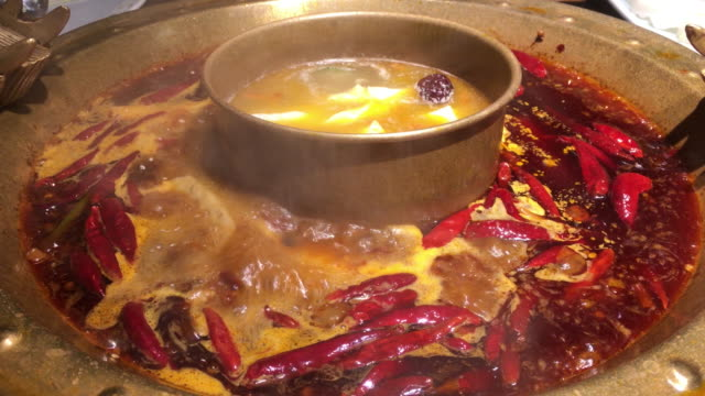 vidéos et rushes de chengdu hotpot is a traditional and popular local gourmet with rich seasonings and spicy flavor - piment
