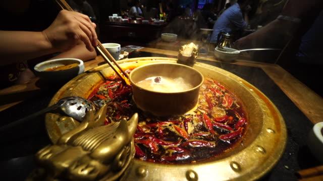vídeos y material grabado en eventos de stock de chengdu hotpot is a traditional and popular local gourmet, with rich seasonings and spicy flavor. - pimientos