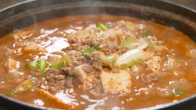 cheonggukjang(rich soybean paste stew) boiling - 香辛料点の映像素材/bロール