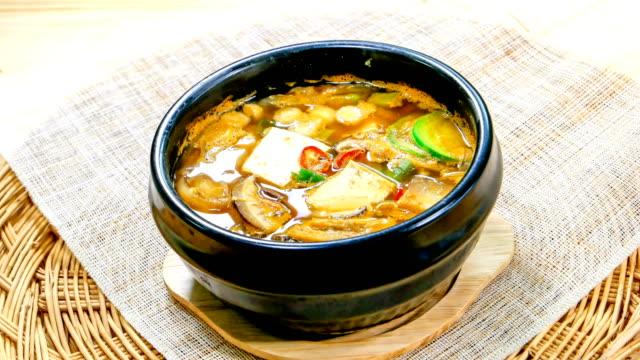 vídeos y material grabado en eventos de stock de cheonggukjang (fermented soybean soup also known as stinky soup) (famous korean traditional soup) - comida coreana