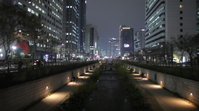 ws cheonggye stream in downtown at night / seoul, south korea - 韓国点の映像素材/bロール
