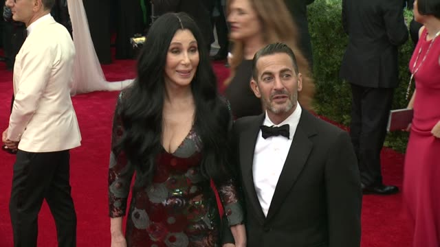"cher and marc jacobs at ""china: through the looking glass"" costume institute benefit gala - arrivals at metropolitan museum of art on may 04, 2015 in... - デザイナー マーク・ジェイコブス点の映像素材/bロール"