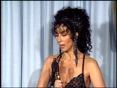 stockvideo's en b-roll-footage met cher at the 1988 academy awards at the shrine auditorium in los angeles, california on april 1, 1988. - academy awards