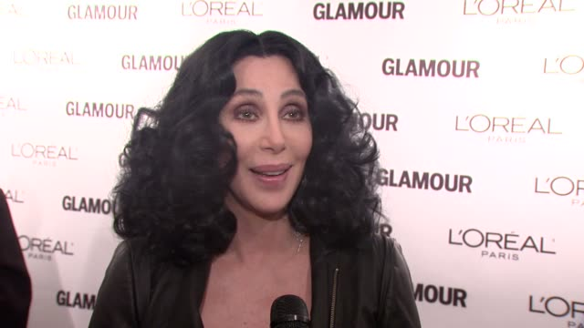cher jokes about being honored with a lifetime achievement award, that they only gave it to her because she's old. she gives advice to younger women,... - 生涯功労賞点の映像素材/bロール