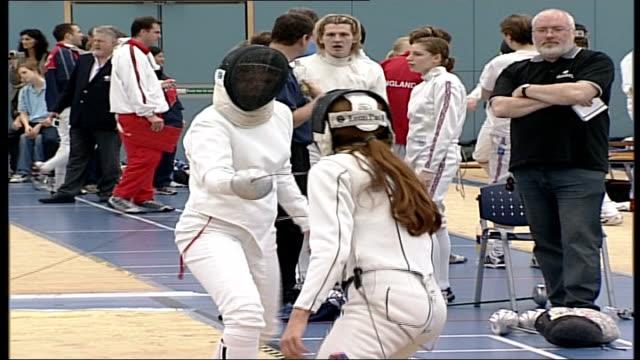 vídeos y material grabado en eventos de stock de 'playful' slap leads to police investigation bristol two young fencers sparring zoom in - en guardia