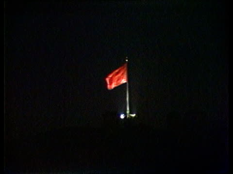 vidéos et rushes de chernenko death effects itn lib undone moscow gv st basil's cathedral pull out red square and the kremlin lms flag flying - symbole