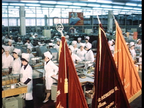 vídeos y material grabado en eventos de stock de chernenko's funeral tribute in factories and on building sites workers stand still and keep silent cu mourning faces locomotives strike cars honk the... - 1985