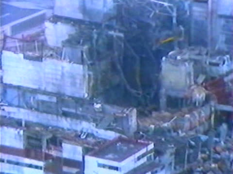 stockvideo's en b-roll-footage met aerial shot of the destroyed nuclear reactor just after the accident - kernreactor