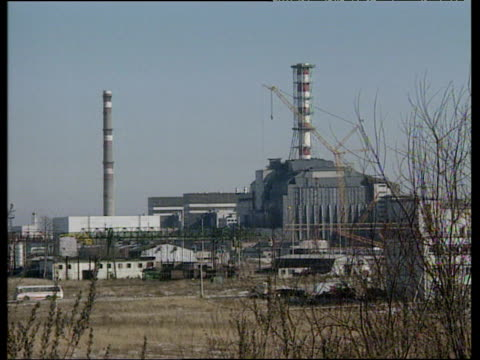 stockvideo's en b-roll-footage met chernobyl nuclear power station and concrete sarcophagus covering damaged reactor ukraine 1991 - kernreactor