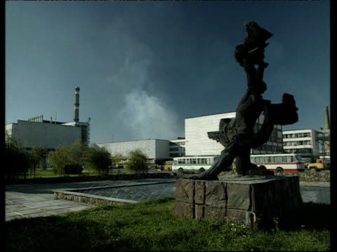 vídeos de stock e filmes b-roll de chernobyl power station with statues and fountains in foreground ukraine; 1990's - cinza nuclear
