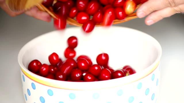 Von Korb Kirschen in bowl