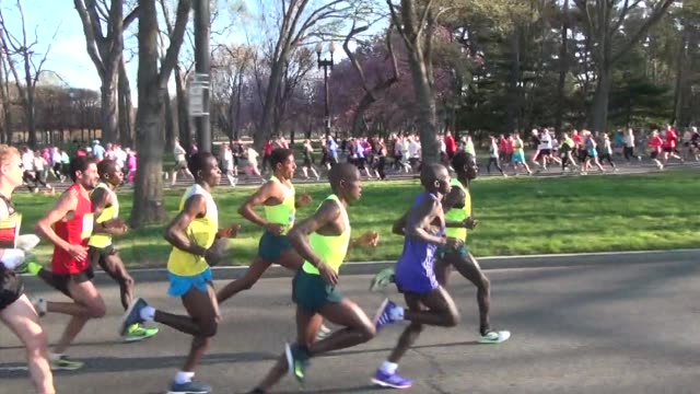 vidéos et rushes de cherry blossom ten mile run in washington dc elite runners head to finish line fun runners head out cheering for the elites - salmini