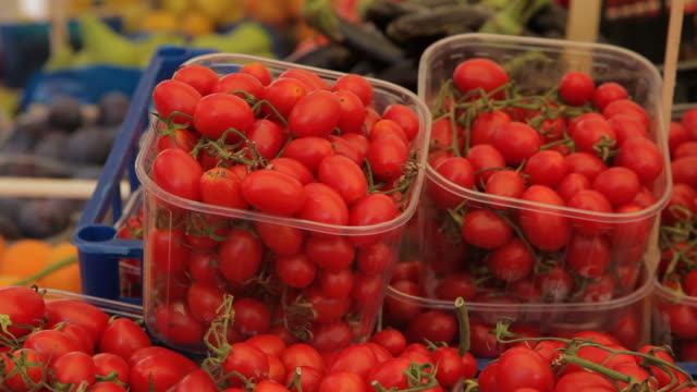 cu ld cherry tomatoes for sale in market / venice, italy - cherry tomato stock videos & royalty-free footage