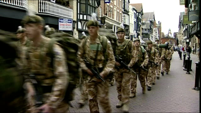 vidéos et rushes de cheshire: chester: ext various of soldiers of 1st battalion the royal welsh marching down chester high street in uniform playing military style music... - infanterie
