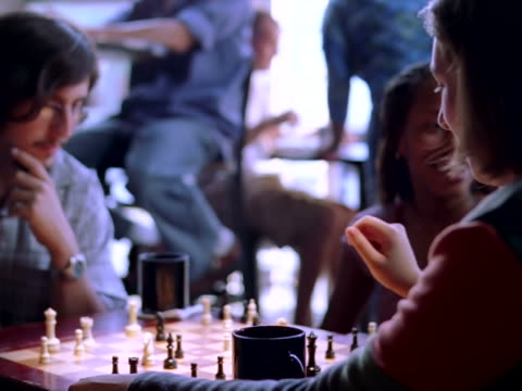 stockvideo's en b-roll-footage met chess match - spelletjesavond