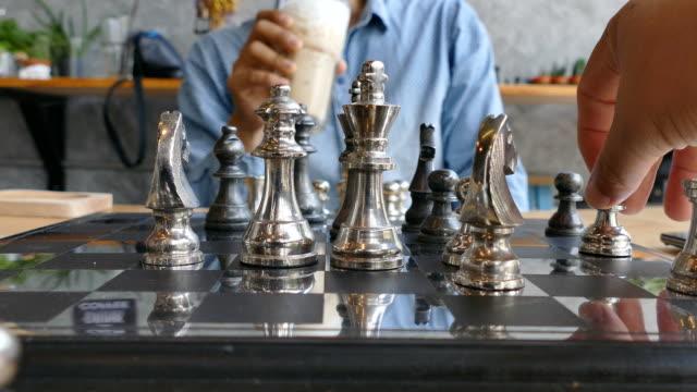stockvideo's en b-roll-footage met schaken. verplaatsen van beslissende schaakmat - confrontatie