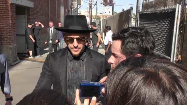 vídeos de stock, filmes e b-roll de chester bennington from linkin park greets fans outside jimmy kimmel live in hollywood in celebrity sightings in los angeles - linkin park