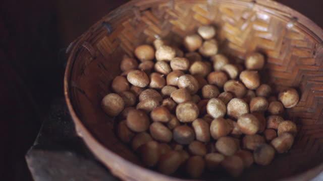 vídeos de stock e filmes b-roll de chestnuts in a basket - fruto seco