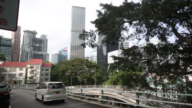 stockvideo's en b-roll-footage met ms cheung kong center which houses the headquarters of cheung kong holdings ltd stands in hong kong ws cheung kong center center right hsbc holdings... - bank of china tower hong kong