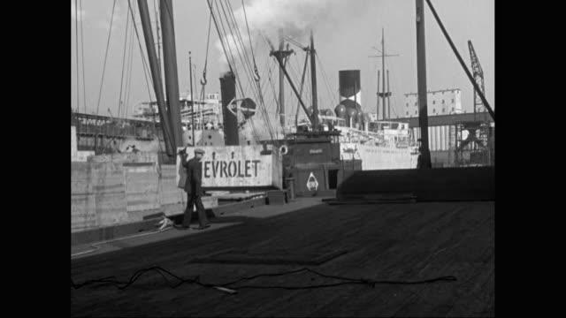 vidéos et rushes de ws pan chevrolet container unloading from ship at harbour / united states - débardeur