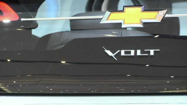 cu ms chevrolet electric car volt on display at detroit auto show, detroit, michigan, usa - シボレー点の映像素材/bロール