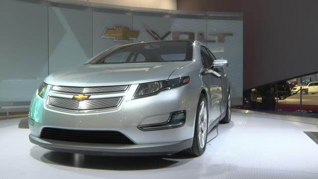 ms zi cu chevrolet electric car volt on display at detroit auto show, detroit, michigan, usa - シボレー点の映像素材/bロール