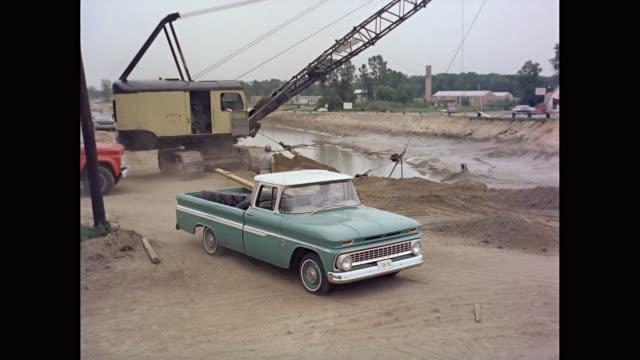 vidéos et rushes de ws 1963 chevrolet truck moving at construction site / united states - chevrolet