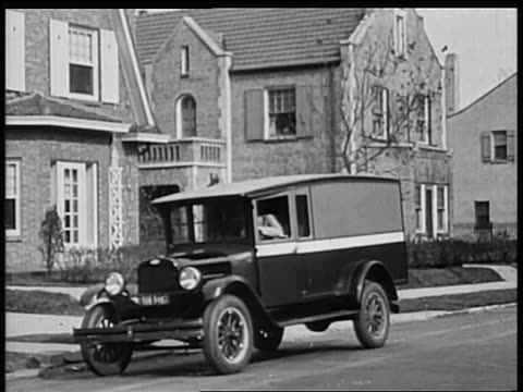 vidéos et rushes de b/w 1928 chevrolet truck pulling up in front of house / industrial - chevrolet