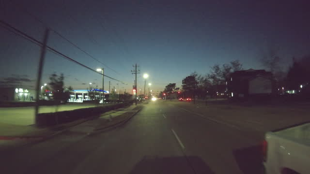 chevron gas station in bayou at night, texas - insegna di negozio video stock e b–roll