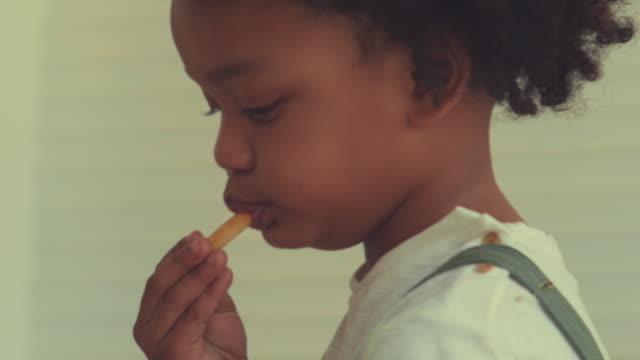 vídeos de stock, filmes e b-roll de mastigar - bebês meninos