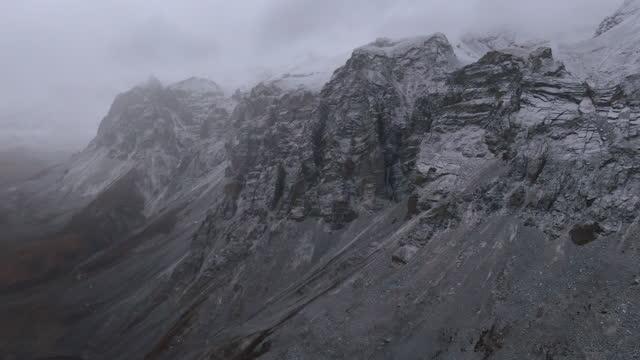 vídeos de stock, filmes e b-roll de chharka bhot - mountain scenery with snow / nepal - paredão rochoso