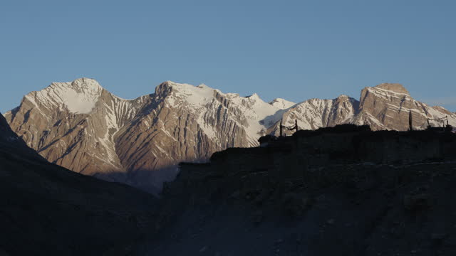 vídeos de stock e filmes b-roll de chharka bhot - snow covered mountain at morning / nepal - com sombra