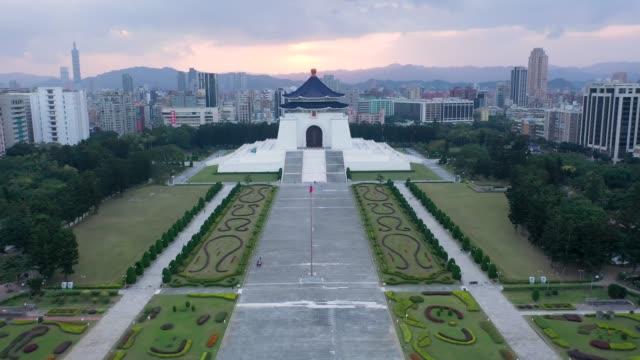 vidéos et rushes de chiang kai shek memorial hall in taipei city, taiwan. - mémorial