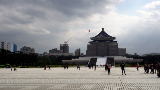 chiang kai-shek (cks) memorial hall in taipei city - insel taiwan stock-videos und b-roll-filmmaterial