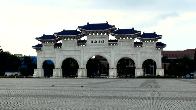 chiang kai-shek memorial gate - taipei, taiwan - chiang kaishek memorial hall stock videos & royalty-free footage