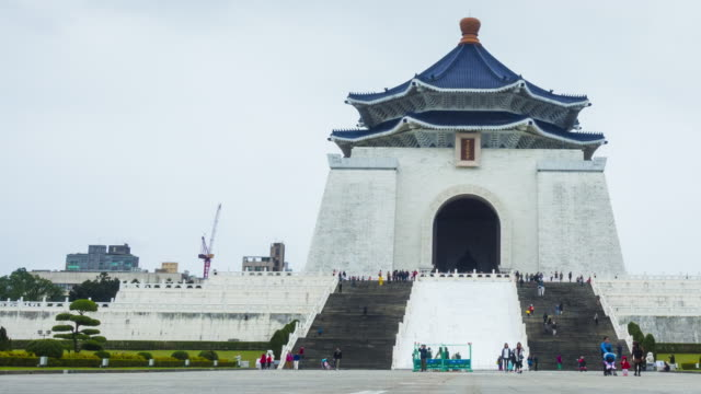 tl : chiang kai-shek memorial hall in taipei - chiang kaishek memorial hall stock videos & royalty-free footage