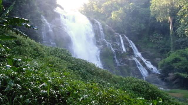 梅雨の季節に山の中の美しいメーヤ滝チェンマイ - 最大点の映像素材/bロール