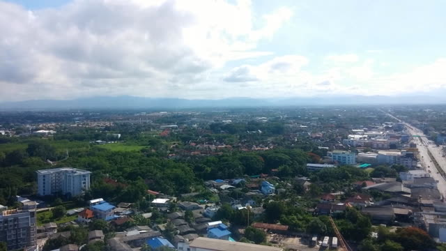 vídeos y material grabado en eventos de stock de paisaje de la ciudad de chiang mai con edificio y la montaña de doi suthep sonó con cielo azul - capitel