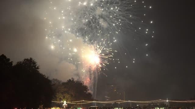 チェンマイ、川や橋の上のタイの新年の花火 - 正月点の映像素材/bロール